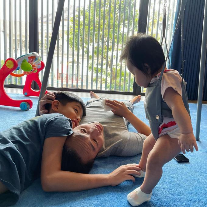 Con gái Suchin của anh và vợ Đàm Thu Trang đã được tầm 5 tháng tuổi. Trong cuộc sống hôn nhân, nam doanh nhân là người chu đáo, luôn chia sẻ việc chăm con cùng vợ. Anh ru con ngủ, chơi đùa với con và đưa bé đi tiêm phòng. Khoảnh khắc Cường Đô La mải mê chơi cùng con trai Subeo, con gái Suchin khiến vợ anh tếu táo thốt lên rằng: Vâng... tôi ở đâu trong cái nhà này.
