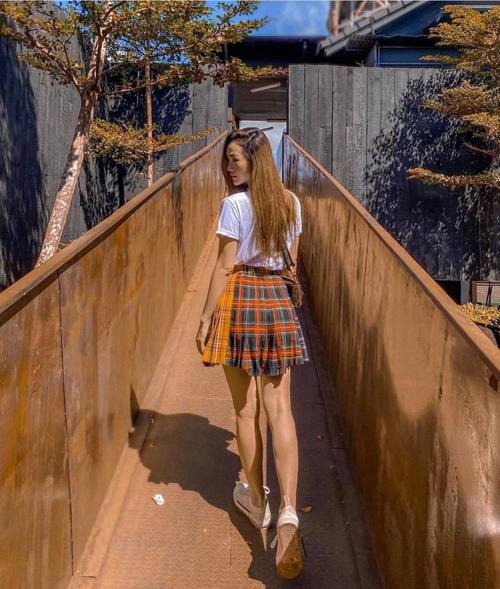 Những cô nàng yêu họa tiết kẻ sọc ca rô và thích xây dựng hình ảnh sexy - năng động có thể chọn áo thun mix cùng chân váy chữ A như Minh Hằng.