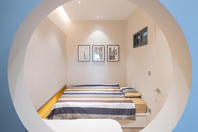 Trong 3 phòng ngủ, có một căn phòng bé trai bị tối và bí do không có cửa sổ. Sau một thời gian nghiên cứu và trao đổi phương án với chủ nhà, KTS đã tạo một lỗ tròn nhỏ trước bàn học - thông không gian phòng ngủ và phòng khách, giúp căn phòng sáng sủa, thoáng khí hơn.