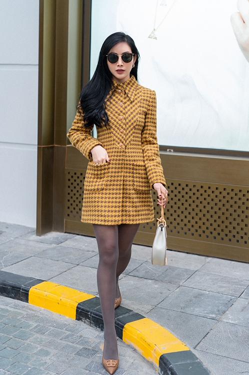Xuống phố mùa đông, muốn giữ ấm và vẫn thích khoe vẻ đẹp gợi cảm, các nàng có thể chọn váy dạ, đầm vải tweed tương tự của Mai Thanh Hà.
