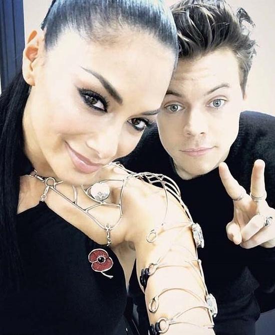 Năm 2013, chàng ca sĩ đào hoa bị đồn phải lòng nữ giám khảo X Factor Nicole Scherzinger hơn anh 16 tuổi. Thời gian đó ca sĩ Nicole đang chống chếnh vì chia tay bạn trai, Lewis Hamilton.