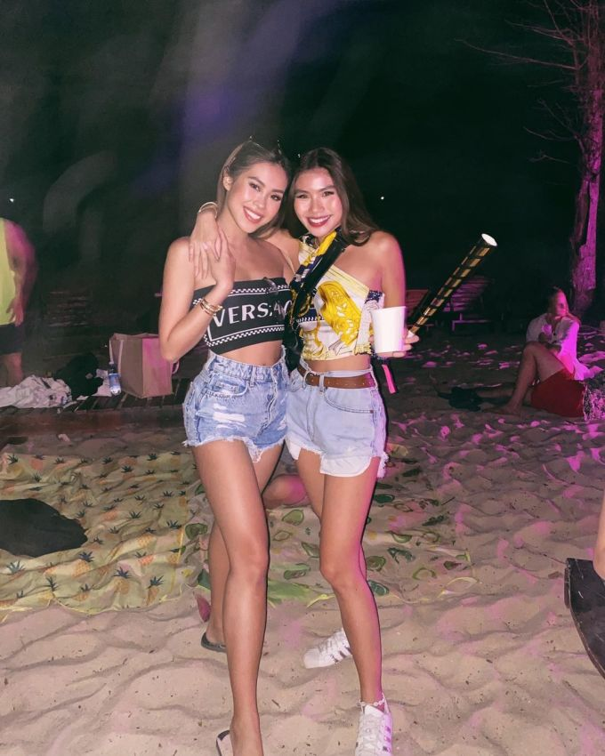 Buổi tối, cô cùng bạn thân chill trong quán bar khá nổi trên bãi Sao, nơi có rừng dừa nghiên về phía biển, thường xuyên tổ chức các bữa tiệc âm nhạc tại Phú Quốc, hút du khách trong và ngoài nước.