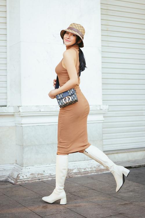 Tự tin với hình thể gợi cảm nên nữ diễn viên chọn váy thun ôm sát body để tôn hình thể.