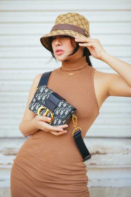 Khi diện đầm cao cổ tôn nét sexy, người đẹp sử dụng thêm túi Dior hợp trend để phối đồ.