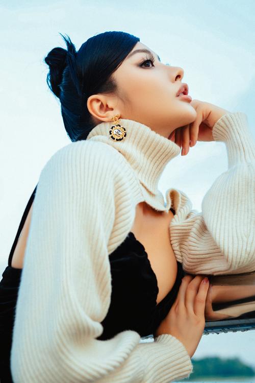 Một trong những items không thể bỏ qua ở mùa thu đông 2020 là các mẫu áo len cut-out kiểu dáng độc đáo.