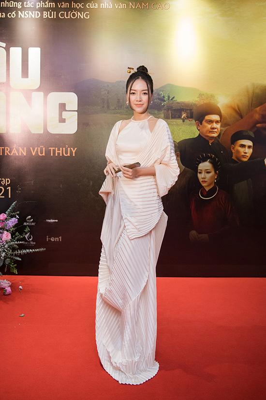 Băng Di vào vai bà Ba của Bá Kiến trong phim Cậu Vàng. Cô chọn thiết kế trong BST mới nhất của NTK Adrian Anh Tuấn để mừng phim ra mắt.