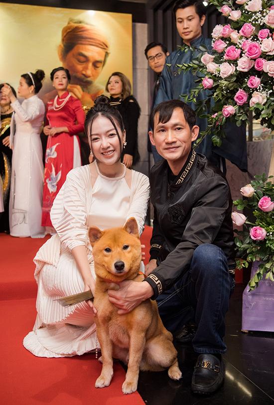 Chú chó đảm nhận vai Cậu Vàng trở thành tâm điểm chú ý. Rất nhiều khách mời xếp hàng để được chụp ảnh cùng.