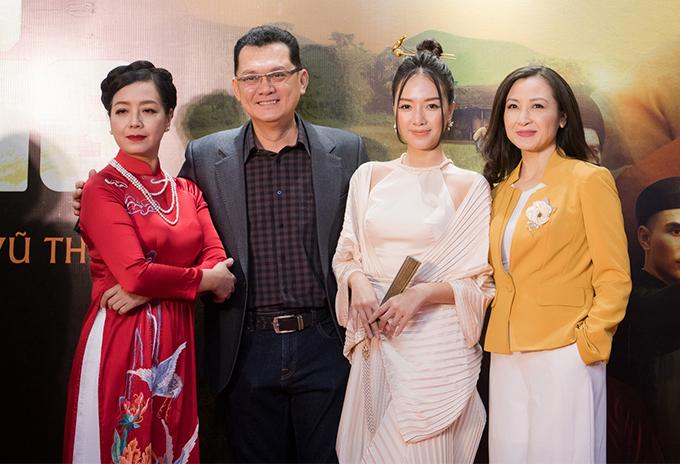 Bá Kiến Hữu Châu sánh hai cùng ba người vợ trong phim gồm NSƯT Chiều Xuân, Băng Di và Khánh Huyền. Đây là lần hiếm hoi Khánh Huyền tái xuất khán giả Hà Nội sau nhiều năm Nam tiến.