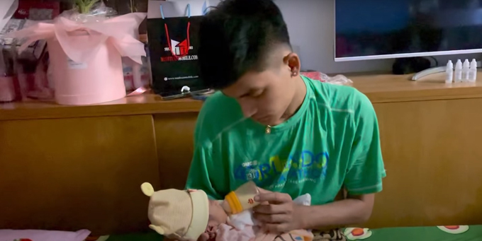 Mạc Văn Khoa là người thức đêm chăm con mỗi ngày, có hôm anh ngủ gật lúc đang cho con bú bình vì chưa được chợp mắt kể từ 8h hôm trước tới 4h ngày hôm sau.