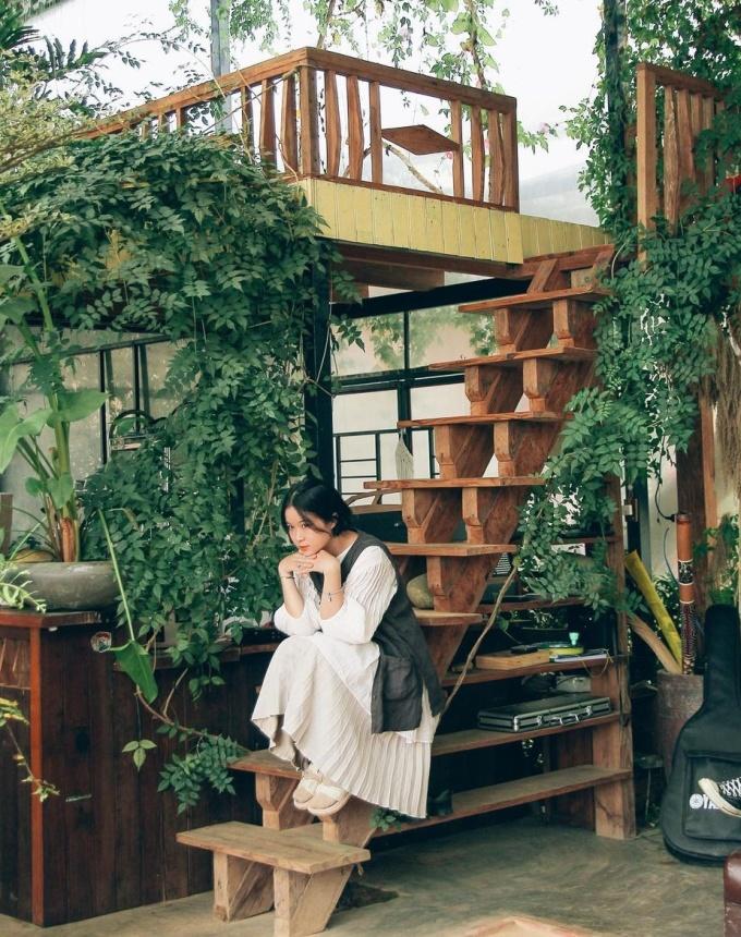 Khu trong nhà decor như vườn cây với nhiều nhánh dây leo, giúp thư giãn. Chỗ ngồi uống nước thiết kế theo kiểu một căn gác nhỏ, khách ngồi bệt dưới sàn như những tiệm trà đạo Nhật Bản. Ảnh: Nganshuu.