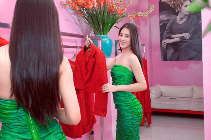 Tiểu Vy tự tin khoe mặt mộc và vóc dáng lý tưởng khi chọn lựa các thiết kế mới nhất của cặp đôi Vũ Ngọc và Son.
