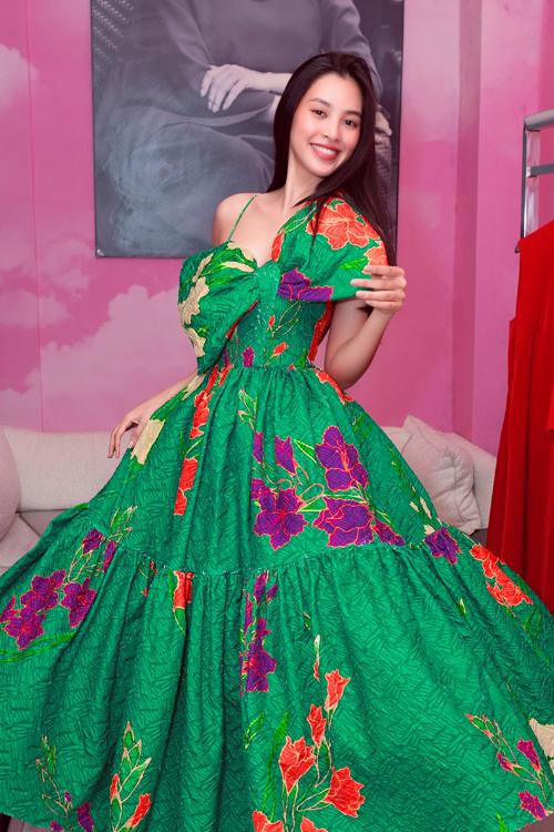 Mỹ nhân gốc Hội An còn thử thêm các mẫu váy rực rỡ sắc xuân với điểm nhấn nổi bật bởi họa tiết hoa lá muôn màu.