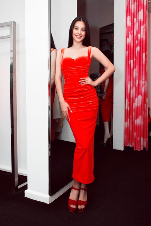 Tiểu Vy tự tin khoe dáng với đầm nhung - chất liệu khá kén dáng và không phải cô gái nào cũng có thể mặc đẹp với phong cách này nếu như không sở hữu số đo hoàn hảo.