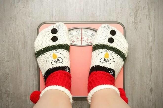 Uống ít nước, lười vận động, thích ngủ nướng... là những nguyên nhân khiến bạn tăng cân.