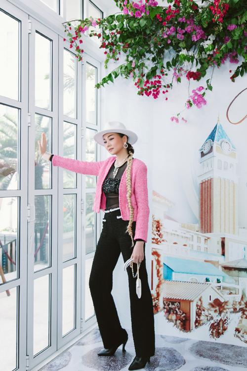 Chương trình giới thiệu dự án Fashion Voyage show thứ ba được tổ chức trong khách sạn 5 sao nổi tiếng. Vì thế Thanh Hằng tranh thủ ghi lại những khoảnh khắc đẹp trong bối cảnh sang trọng.