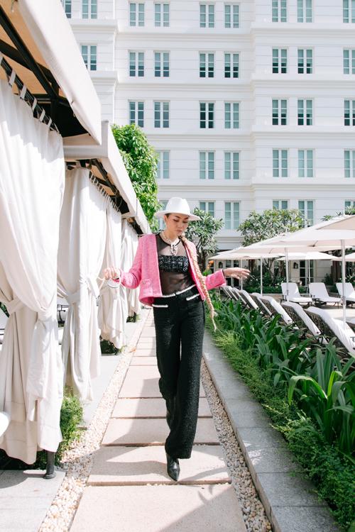 Quần vải tweed ống suông giúp chị đại làng mẫu khoe đôi chân dài tạo nên thương hiệu và đẳng cấp riêng cho Thanh Hằng.