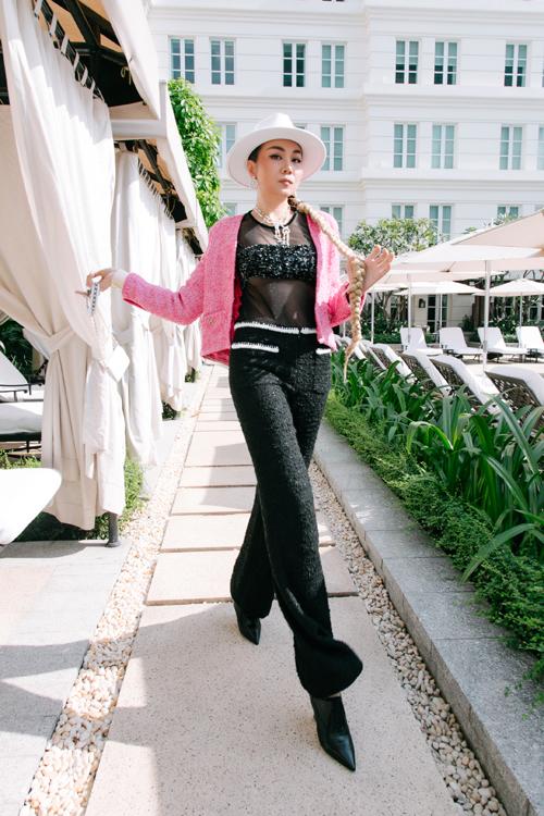 Bộ trang phục thiết kế bằng vải tweed thời thượng của nhà mốt nổi tiếng được Thanh Hằng mix cùng áo xuyên thấu đầy cá tính.