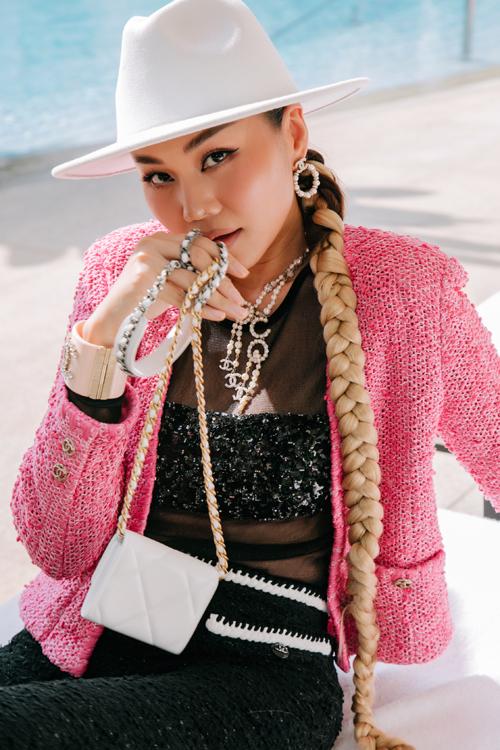 Túi mini và các phụ kiện sang chảnh đến cùng thương hiệu Chanel cũng được mix-match hài hòa để giúp nữ diễn viên Chị chị em em cuốn hút ở mọi góc nhìn.
