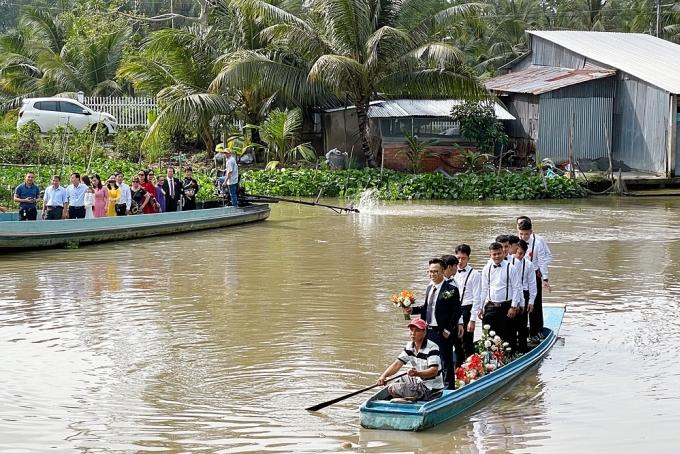 Á hậu Việt Nam 2018 quê ở Kiên Giang - miền Tây sông nhớc nên phương tiện di chuyển ở đây gồm cả ghe, xuồng.