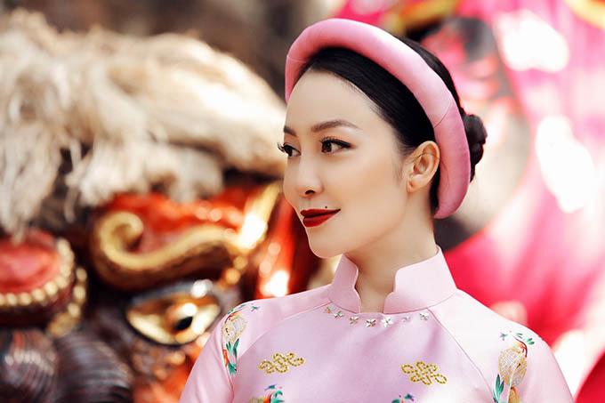 Bộ ảnh được thực hiện trong khu vườn Việt Phủ Thành Chương ở ngoại thành Hà Nội với với không gian cổ kính, bao quanh là cây cối xanh tươi, mang đậm vẻ thôn dã của làng quê Bắc Bộ.