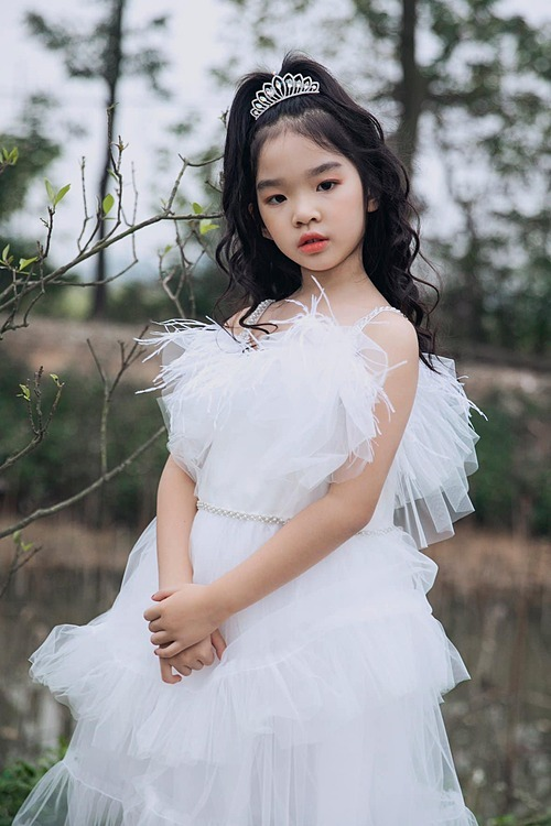 Bé Thỏ - con gái siêu mẫu Xuân Lan - được khen con nhà nòi khi làm mẫu trong một show diễn ở Hà Nội.