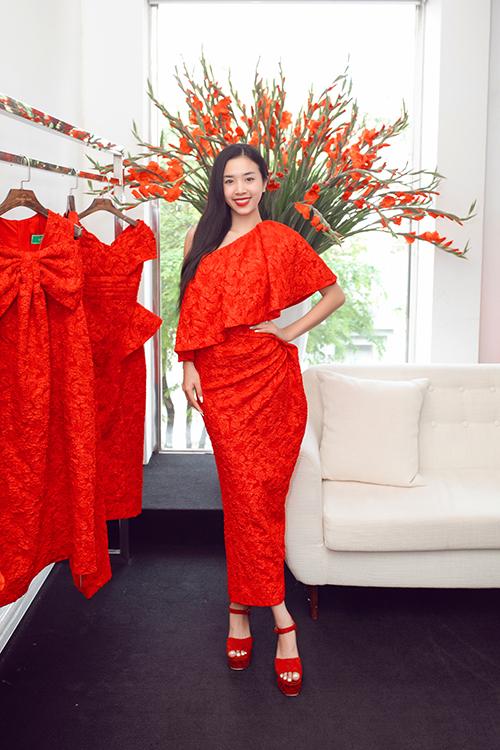 Thuý An cũng sử dụng váy tông đỏ có  kiểu váy phù hợp với không khí lễ hội cuối năm.