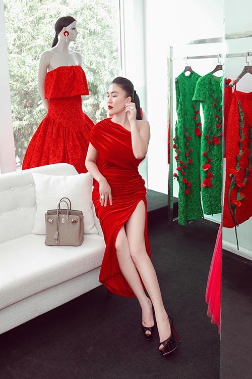 Fashionista Châu Lê Thu Hằng chọn nhiều mẫu đầm trong loạt trang phục mới của nhà mốt Việt, trong đó có cả dáng váy lệch vai, vải nhung sang trọng.