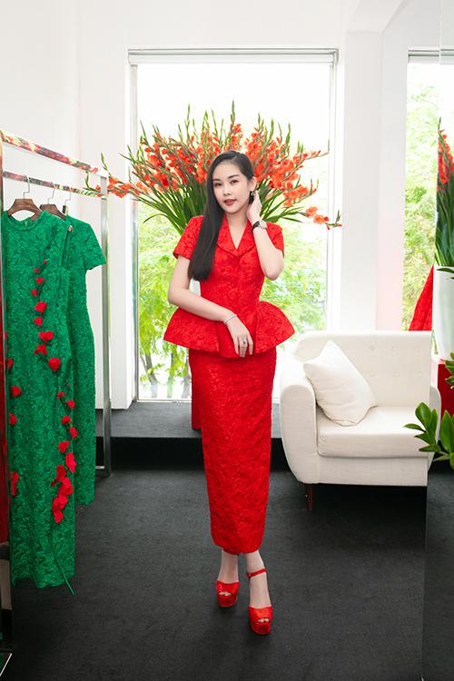 Hoa hậu Đại dương  u Lê Ngân Anh chọn váy cổ điển kết hợp chân váy bút chì sang trọng