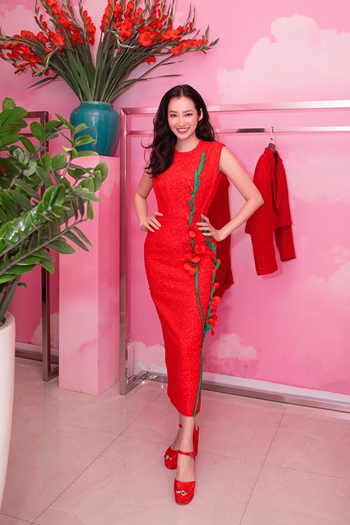 Hoa hậu Trúc Diễm chọn mẫu thiết kế đính kết hoa lay ơn đỏ rực rỡ . Đây là thiết kế được hai nhà thiết kế lăng xê trong mùa