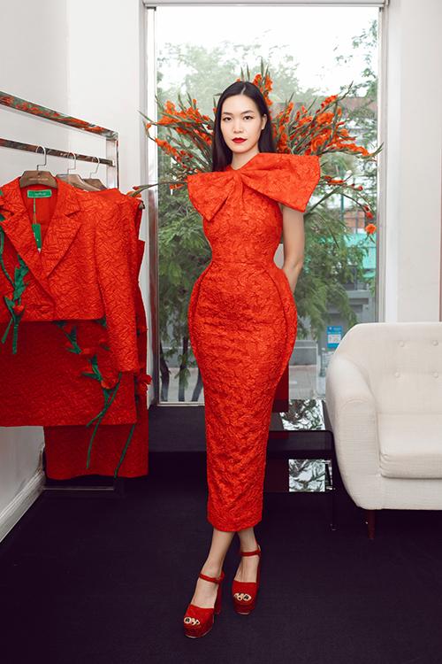 Hai nhà thiết kế tư vấn cho hoa hậu Thuỳ Dung mẫu váy