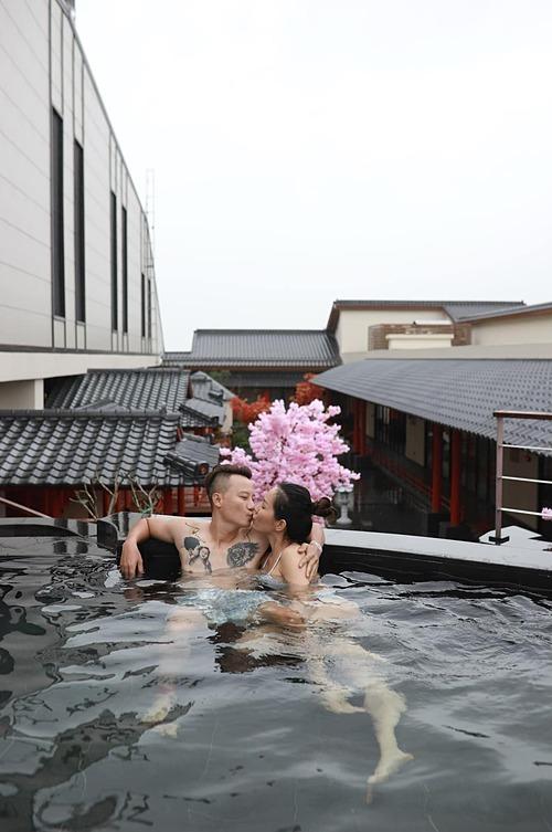 Vợ chồng ca sĩ Hoàng Bách tình tứ trong bể bơi khi du lịch nghỉ dưỡng tại Đà Nẵng. Thanh Thảo được khen ngày càng đẹp mặn mà sau khi sinh con lần ba.