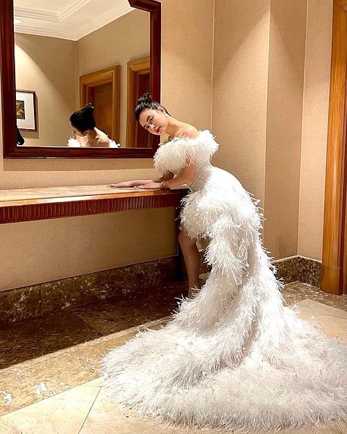 Hoàng Thùy Linh tiết lộ trang phục đi diễn giữa trời đông Hà Nội.
