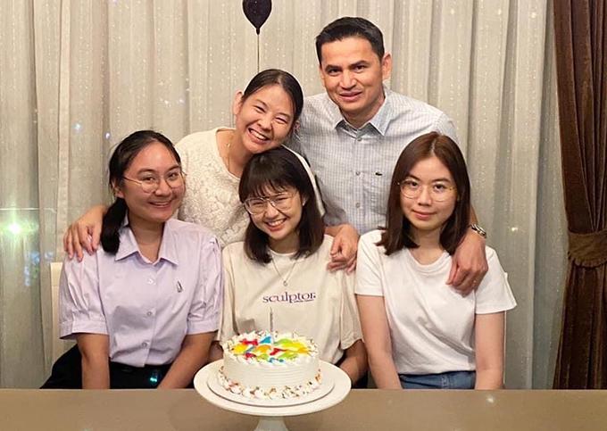 Vợ chồng Kiatisuk cùng ba con gái. Ảnh: AS.