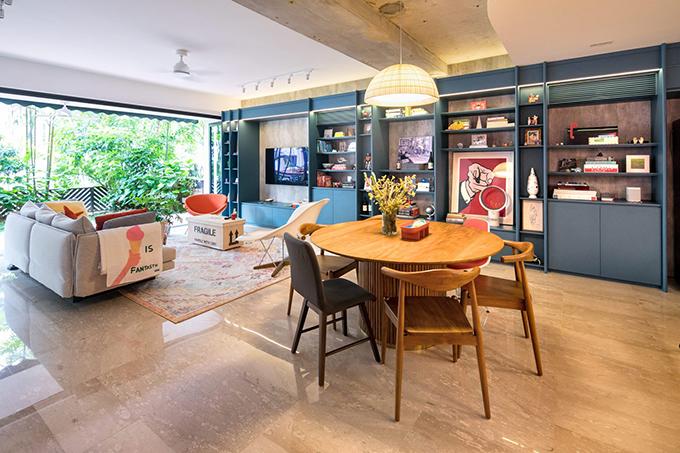 Bộ tủ kệ kéo dài khắp phòng khách, bếp giúp lưu trữ được nhiều đồ đạc, giúp tối ưu diện tích.