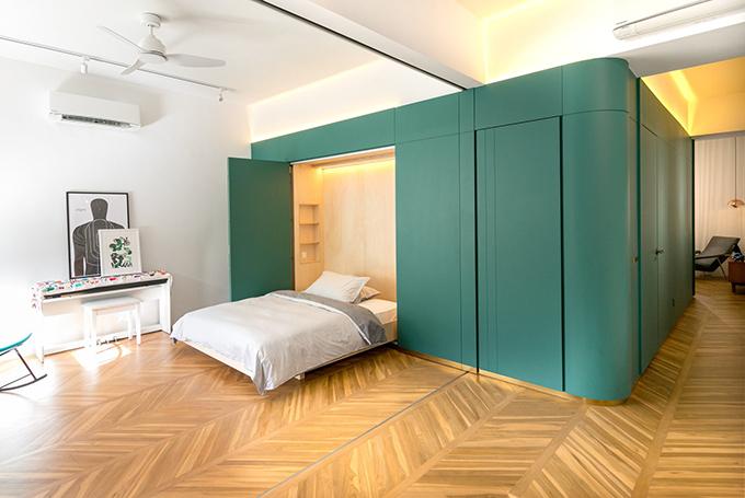 Tủ còn chứa một giường ngủ cho khách.