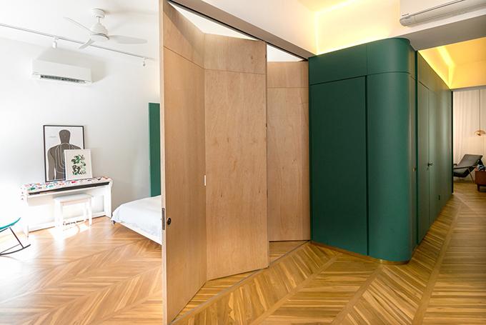 Lúc này, gia chủ sẽ mở thêm vách ngăn ẩn trong cánh cửa tủ để tạo thành phòng riêng tư cho khách mời tới chơi nhà.