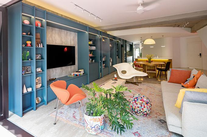Việc loại bỏ các bức tường ngăn hiện có giữa phòng khách, bếp, cầu thang là giải pháp thiết kế tạo ra sự liên tục, liền mạch giúp không gian có sự thống nhất.