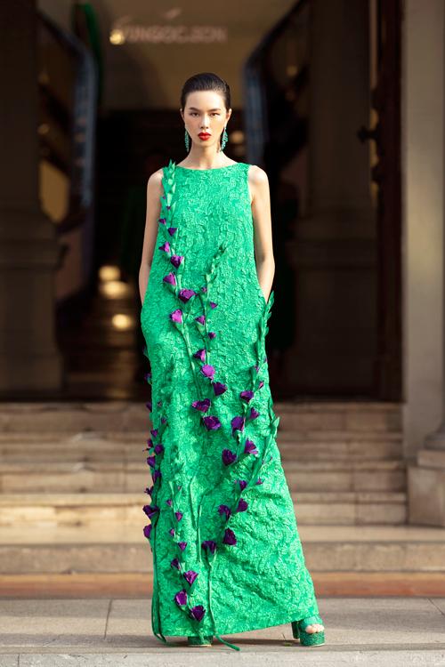 Hoạ tiết hoa lay ơn được hai nhà thiết kế sử dụng trên các chất liệu, gấm, tweed, lụa, vải nhung, được đính kết thủ công.