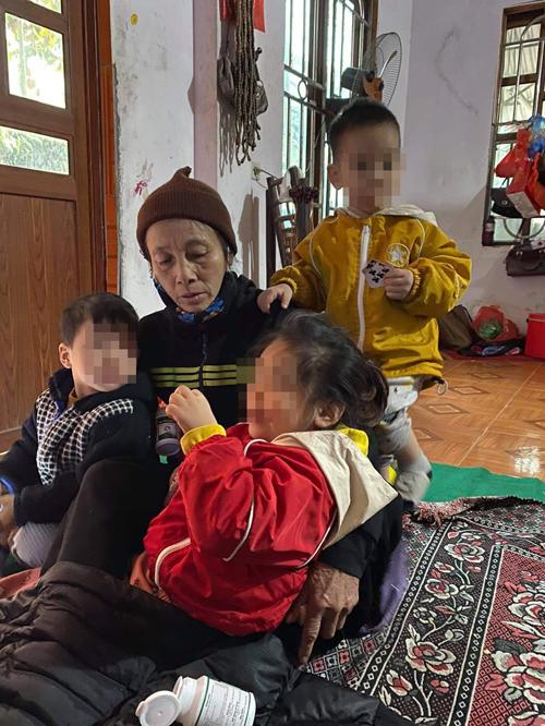 Bé Quỳnh Anh và bé Nam chơi cùng một em nhỏ tại nhà bà Bích sáng 11/1.