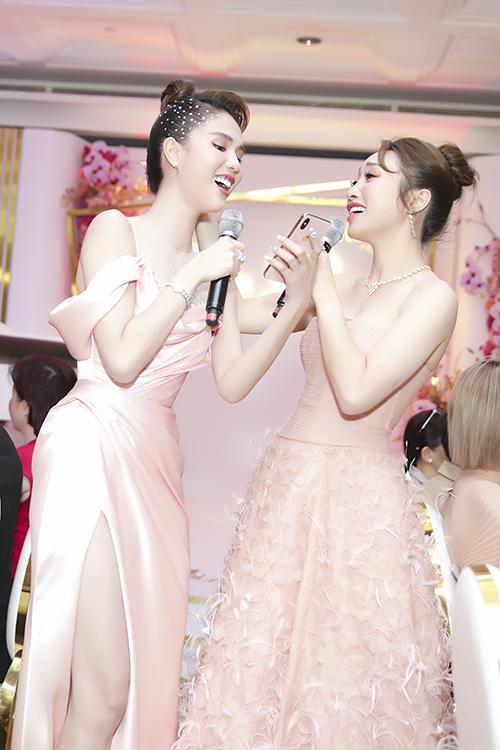 Ngọc Trinh chơi thân với Lý Thùy Chang hơn 10 năm nhờ chung nhiều sở thích như thời trang, làm đẹp... Cả hai không chỉ đọ dáng trên sân khấu mà còn so giọng hát trong ca khúc Nhớ anh của tác giả Kỳ Phương.
