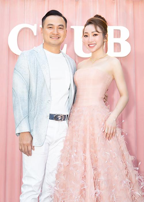 Chi Bảo chọn vest xanh nhạt lịch lãm khi đi cùng bạn gái. Anh tháp tùng Lý Thùy Chang ở hầu hết các bữa tiệc mà nữ CEO góp mặt.