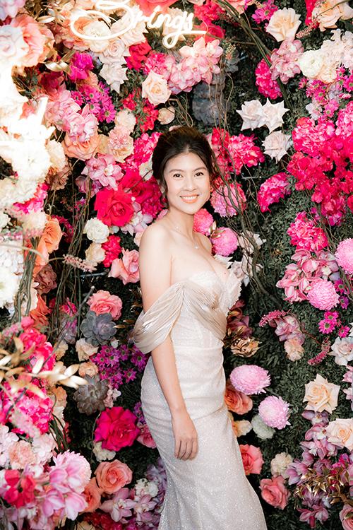 Kim Thư mặc đầm của NTK Nguyễn Minh Tuấn, để lộ vòng một đầy đặn và bờ vai gầy quyến rũ.