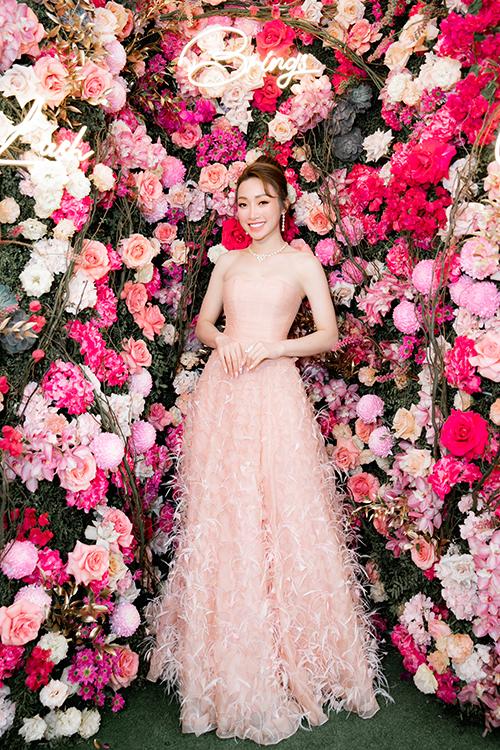 Lý Thùy Chang nổi bật nhờ chiếc đầm cũng do NTK Lê Thanh Hòa thực hiện. Cô dùng nữ trang kim cương, trang điểm nhẹ nhưng cuốn hút.