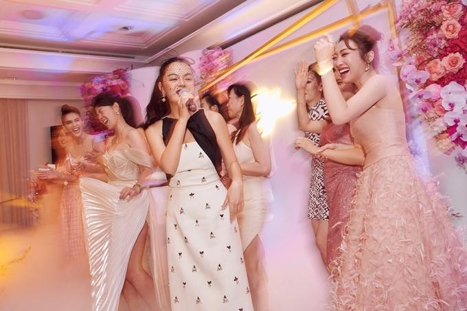 Phạm Quỳnh Anh thể hiện lại ca khúc hit một thời Không đau vì quá đau nhưng với bản phối mới. Tiết mục của cô thu hút các khách mời lên sân khấu quẩy, khuấy động không khí khán phòng.