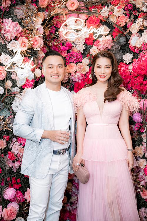 Trương Ngọc Ánh hội ngộ Chi Bảo tại dạ tiệc. Cặp diễn viên Đồng tiền xương máu thân thiết kể từ khi vào vai anh em trong bộ phim nổi tiếng cách đây hơn 20 năm.