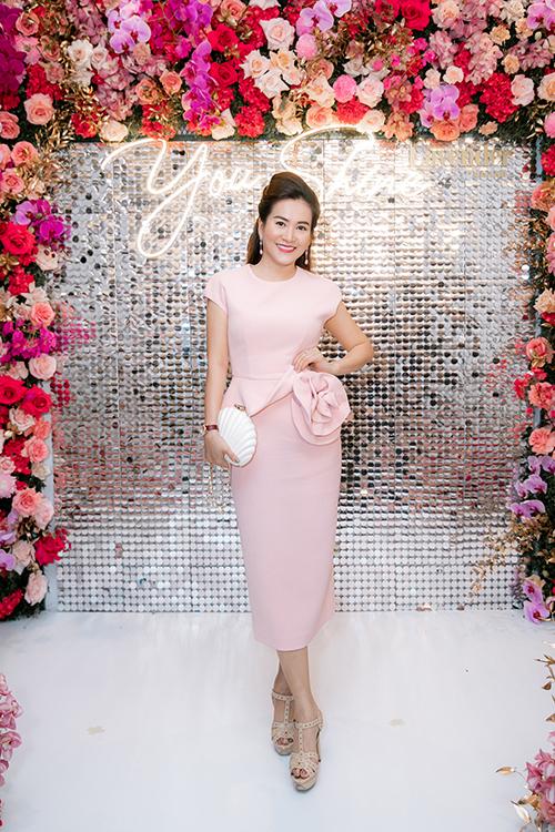 Doanh nhân Anh Thơ - vợ diễn viên Bình Minh - cũng tới chia vui với Lý Thùy Chang.