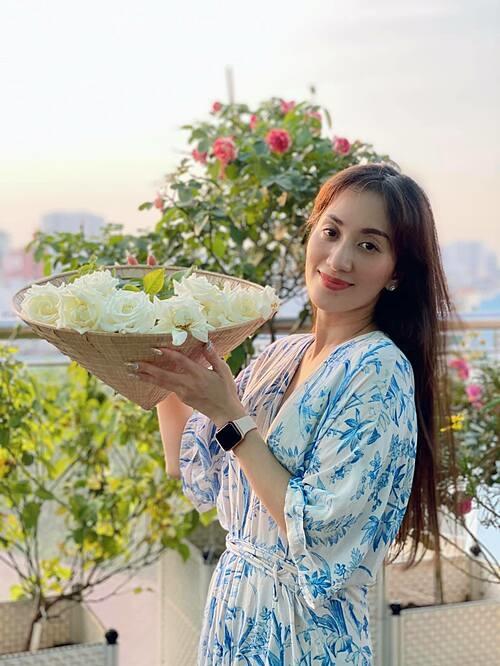 Khánh Thi khoe thành quả thu hoạch hoa trong khu vườn trên sân thượng.