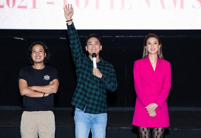 Diễn viên Hứa Vĩ Văn (giữa) và đạo diễn Lê Thiện Viễn có mặt trong buổi gặp gỡ khán giả. Đoàn phim hạnh phúc vì tác phẩm điện ảnh của họ tạo hiệu ứng tốt, được người hâm mộ đón nhận.