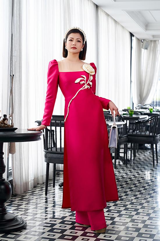 Chi tiết cầu vai bồng, xếp bèo lấy cảm hứng từ thời trang thập niên 1980 thể hiện trên nhiều mẫu áo dài.