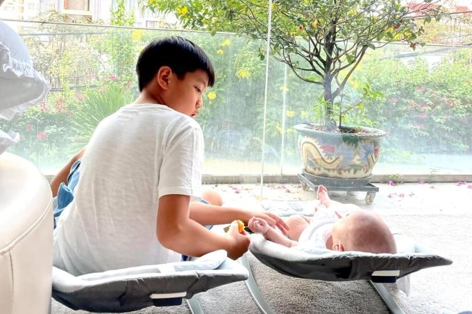 Trước giờ đi học, Subeo cũng dành thời gian chơi và ngồi hát cho em nghe.